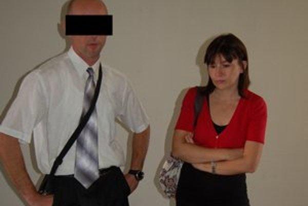 Jozef P. s manželkou, ktorá stojí pri ňom a neverí obvineniam.