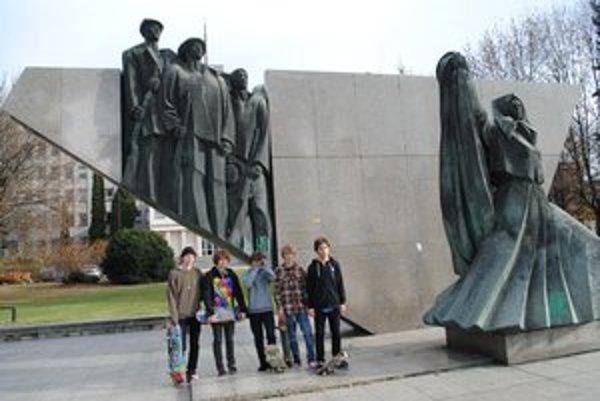 Skejteri. Zatiaľ jazdia na komunistickom pamätníku.