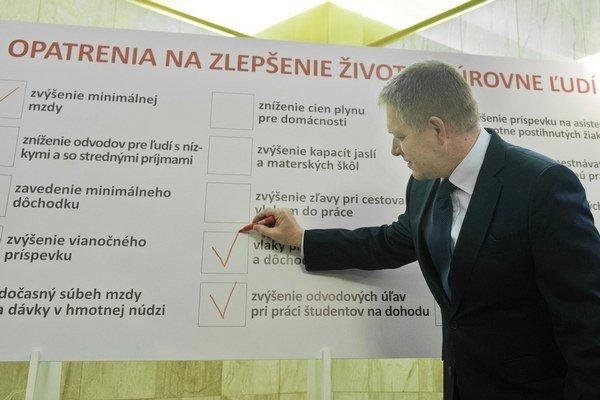 Vlaky zadarmo pre dôchodcov a študentov si premiér Robert Fico na zozname sľubov Smeru odfajkol.