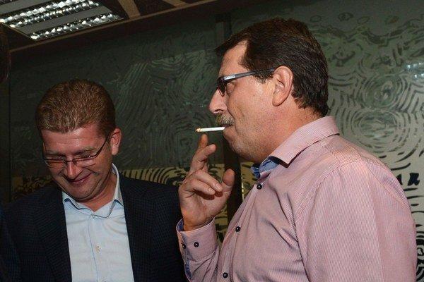 Košičania: Pavol Paška fajčí s ministrom Petrom Žigom počas volebnej noci.