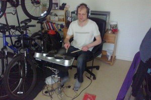 Text k foto: Miro Čuba. Bubeník na Britskýcb ostrovoch.