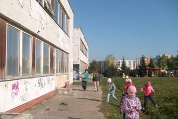 MŠ Jurkovičova. Okná netesnia už dávno, zo stien opadala omietka.