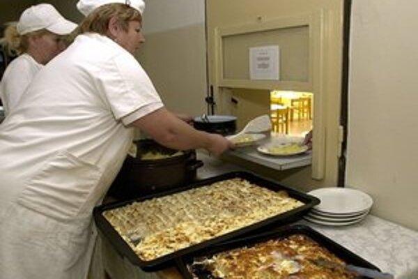 V školských jedálňach. Cez týždeň zvyknú mať jedno bezmäsité a jedno múčne jedlo.
