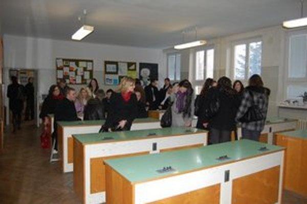 Gymnázium v Lipanoch. Majú  4 aj 8-ročnú formu štúdia, do rozpočtu dostali menej peňazí.