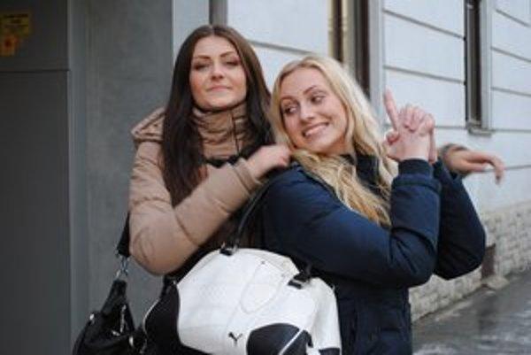 Najlepšie kamarátky. Čiernovláska Ľubomíra a blondína Zuzana.