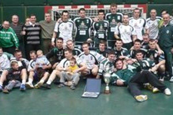 Takto pózovali. S trofejou pred tromi rokmi, dve družstvá Tatrana.