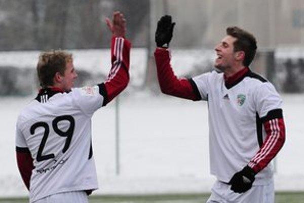 Ešte čaká. Michal Kamenčík (vpravo)  bol síce v zimnej príprave najlepším strelcom, ale na corgoňligový trávnik na jar ešte nenastúpil.
