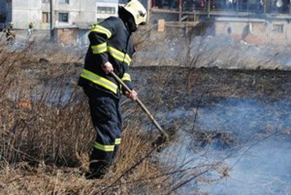 Vlani mali hasiči v Prešovskom kraji 1 039 výjazdov k vypaľovaniu trávnatých porastov.
