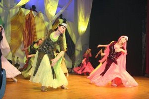 Tanečnice. K slávnostnej atmosfére prispeli aj brušné tanečnice.