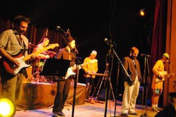 V plnej zostave. Na pódiu boli všetci šiesti členovia kapely.