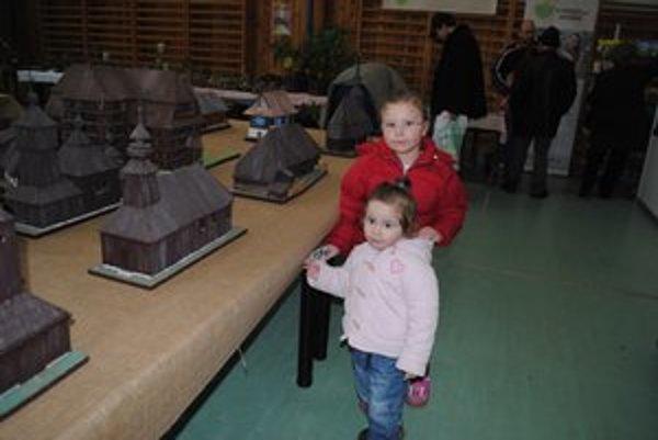 Kristínka Korekáčová so sestrou. Dievčatá majú radšej vláčiky.