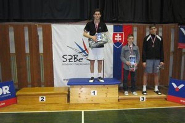 Dávid Balucha najvyššie na stupni víťazov.