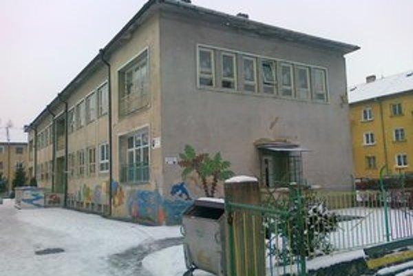 MŠ Fraňa Kráľa. Objekt má deravú strechu a v zime tam bolo vlhko.