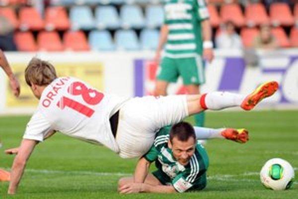 Ján Papaj z 1. FC Tatran (vľavo) v súboji o loptu.