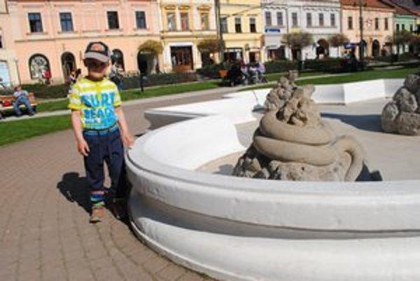 Pri Neptúnovej fontáne. Dávidko sa vody nedočkal.