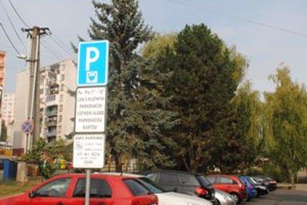 Platené parkoviská. Za nezaplatenie parkovného bude polícia vyberať pokuty.