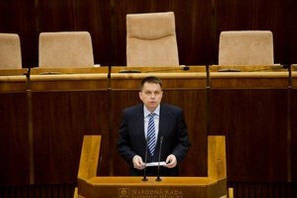 Minister financií Peter Kažimír (Smer) musel pre vlaňajší dlh viazať výdavky, po zmene pravidiel Eurostatu sa mu uvoľnia ruky.