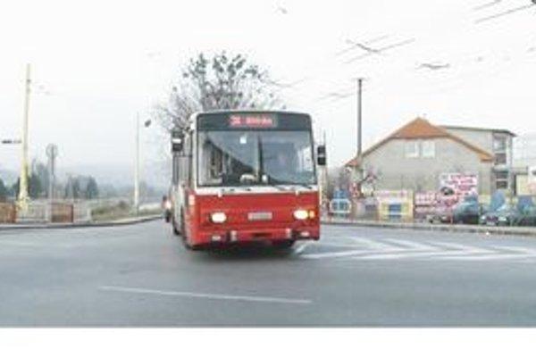Križovatka pri Mestskej hale. Nové značenie na ceste je chybne namaľované. Jazdné pruhy nemôžu šoféri trolejbusov dodržiavať.