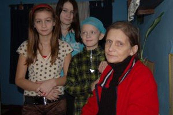 Zdenka s dcérami. Chorá žena sama živí tri neplnoleté deti. Vyžiť musia z mála.