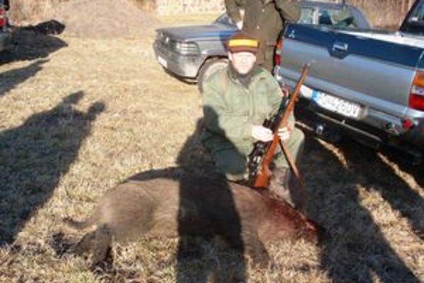 Poľovník Ľubo Ličák. V sobotu v kapušianskom lese zastrelili mladého asi 50–kilového diviaka.