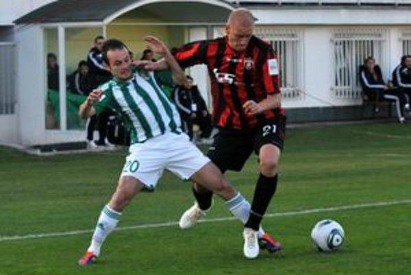 Martin Pribula (v zeleno-bielom drese). Aj on by mal byť na zozname hráčov, s ktorými už nepočítajú.