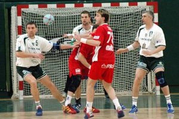 Róbert Kravčák (vpravo) je opäť v zeleno–bielom.