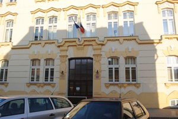 Mestský úrad na Jarkovej ulici. Námietková kancelária sa nachádza v tejto budove na 1. poschodí.