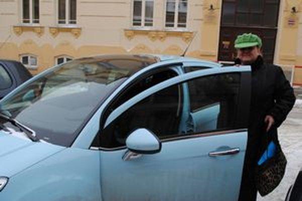 Klaudia Peková pred mrazmi chráni auto prímesami.