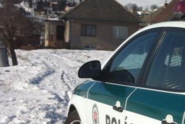 Miesto nešťastia. V dome v Mošurove sa udusila 49-ročná žena, jej priotrávený muž je v kritickom stave.