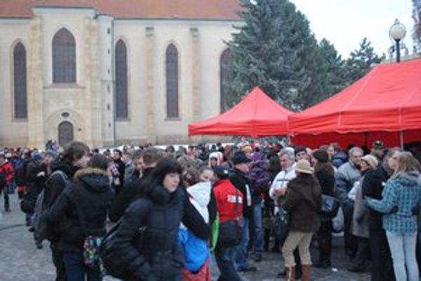 Slovenský rekord v synchronizovanom bozku v náručí. V Prešove sa zišlo 332 párov.