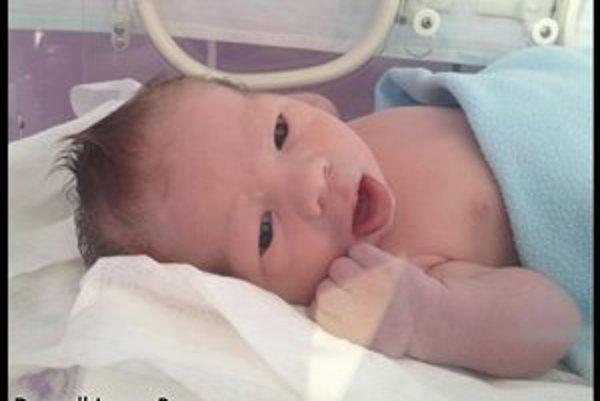 Syn speváčky Michaelly. Volá sa Denyell Lucas.