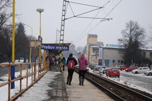Stanica Prešov-mesto. Ľudia si po lístok musia ísť ďaleko.