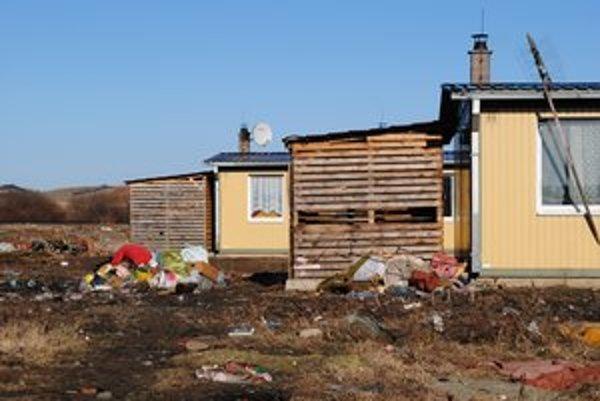 Odpad kapušianskych osadníkov. Vyhadzujú ho priamo pred svoje obydlia.