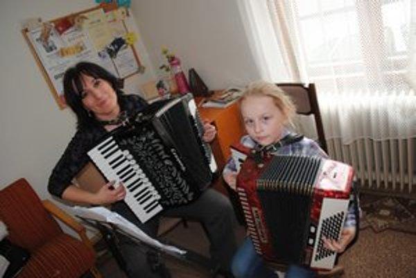 A. Demjanová a 8–ročná žiačka Noemi. Učenie a hudba ju dokonale napĺňajú.