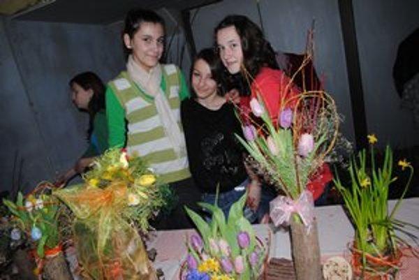 Šikovné dievčatá. Zľava Daniela Zvalená, Dominika Puliková a Alica Kaščáková z Ľubotíc.