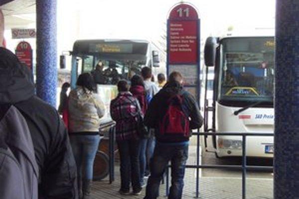Autobusová stanica v Prešove. Stovky študentov a pracujúcich cestuje denne.