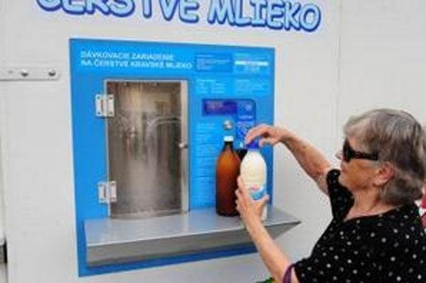 Predajný mliečny automat. Odborníčka radí mlieko po nákupe prevariť.