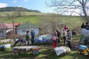 Deti z Miklušoviec. Zapojili sa do Dňa Zeme a čistili svoju obec.