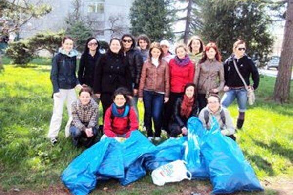 Študenti a učitelia FF PU v Prešove čistili si okolie svojej univerzity.