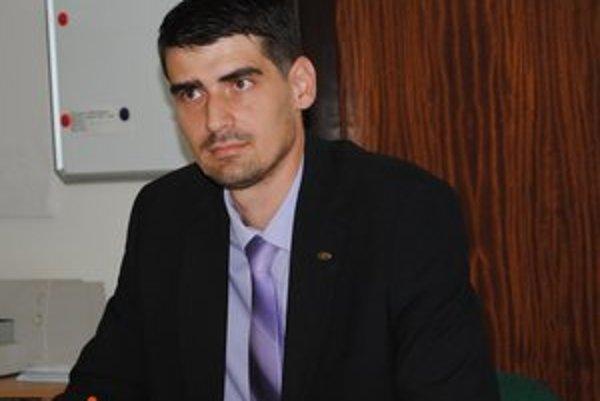 Peter Krajňák. Najmladší poslanec napokon kroniku podpisovať nebude.