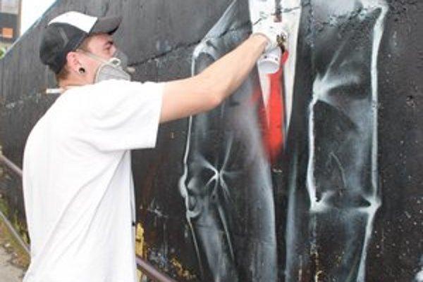 Mladí prešovskí umelci. Vyzdobili oporný múr na stanici.
