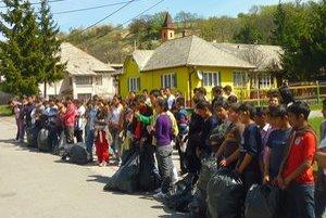 Čistenie lesa. Žiaci z miestnej školy s učiteľmi zbierali odpad.