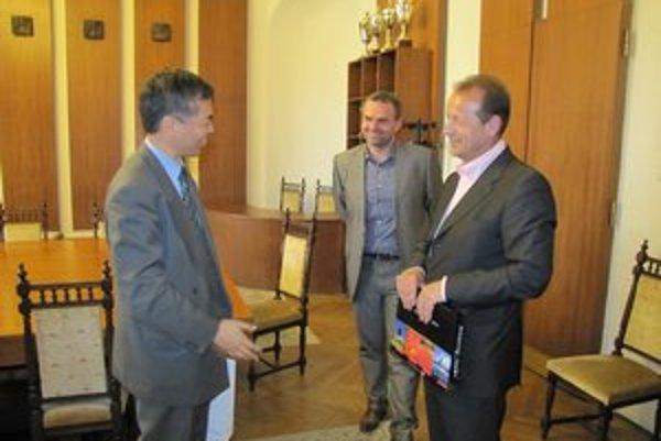 Veľvyslanec prisľúbil ďalšiu návštevu s investormi.