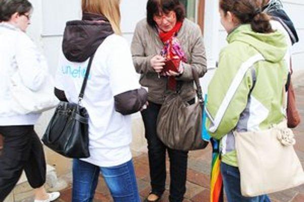 Zbierka Modrý gombík. Denne je v uliciach mesta okolo štyridsať dobrovoľníkov.