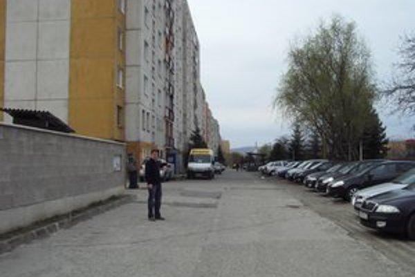 Poslanec M. Benko. Potvrdil, že chodník bol v zlom technickom stave dlhé roky.