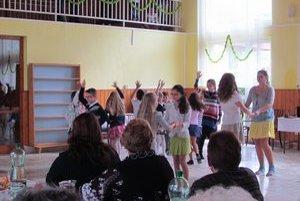 Tancovali pre mamy. Vystúpili deti z Trnkova aj Okružnej.