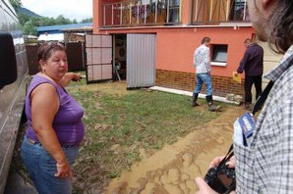 Voda s bahnom sa dostala do dvorov, pivníc a garáží.