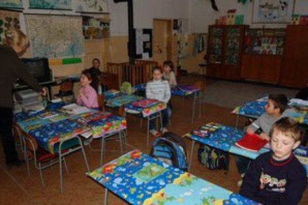 Školáci. Učitelia zápasia s nedostatkom učebníc, práca s deťmi je náročnejšia.