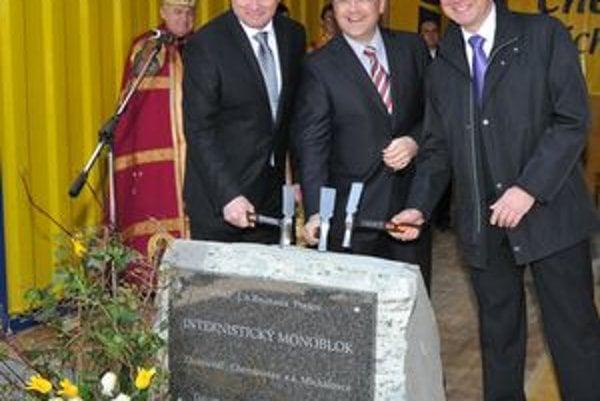 Riaditeľ prešovskej nemocnice Ľubomír Jacko, minister zdravotníctva Ivan Uhliarik a zástupca Chemkostavu Michalovce Milan Dunaj počas poklepania základného kameňa.