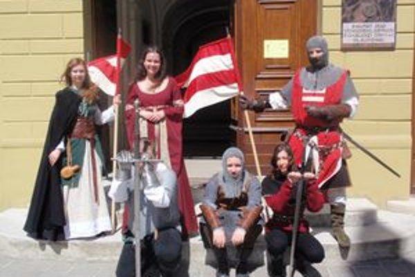 Ochranka. Pred bránou stáli historickí šermiari.